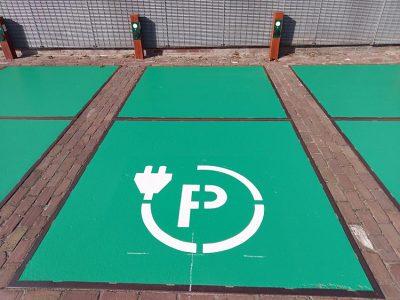Markering van parkeervakken met oplaadsysmbool door 123markeringen.nl